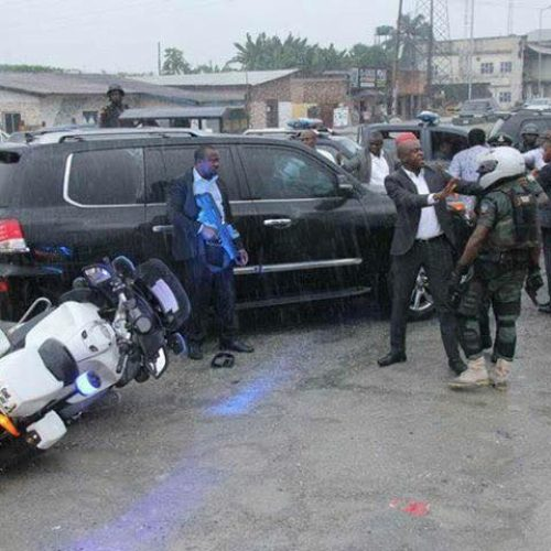 SARS Personnel & Soldiers attached to the Minister of Transportation attack Governor Wike's convoy